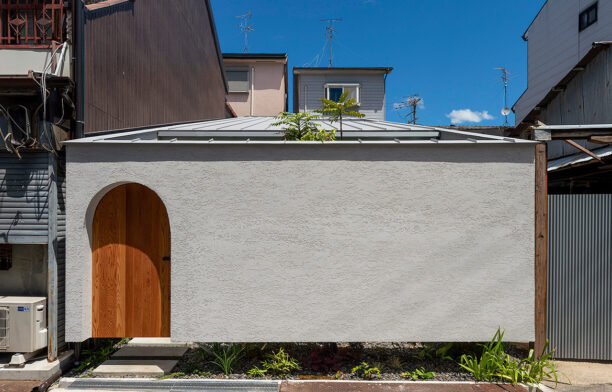 The modest and minimal facade of a Japanese Row House by Arbol