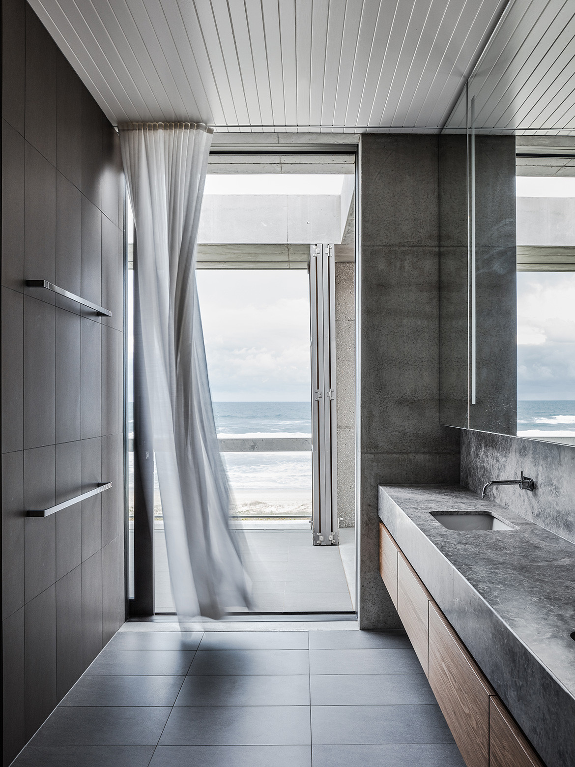 Bathroom of Mermaid Beach Residence by B.E. Architecture featured in Beautifully Brutalist Interiors Of Houses Across Asia Pacific on habitusliving.com cc Andy MacPherson