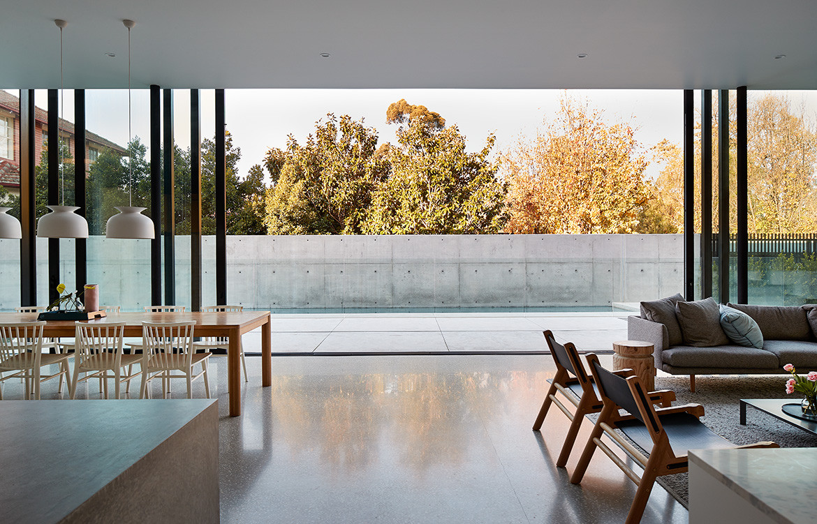 The open-plan living, dining and outdoor spaces of Salmon Avenue by FGR Architects featured in Beautifully Brutalist Interiors Of Sub-Tropic Houses on habitusliving.com cc Peter Bennetts