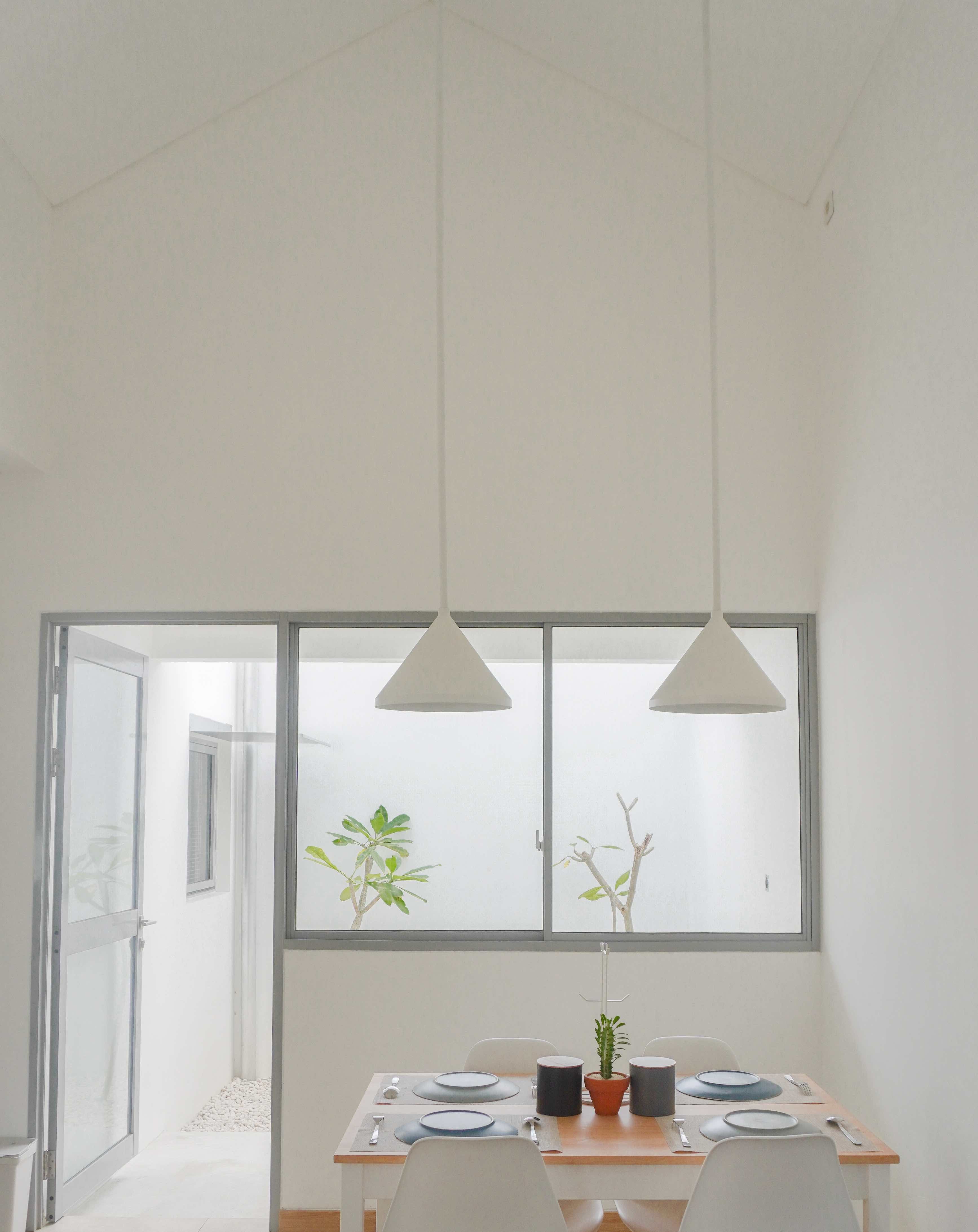 High ceilings and the back patio in Eureka House by Luwist Spatial.