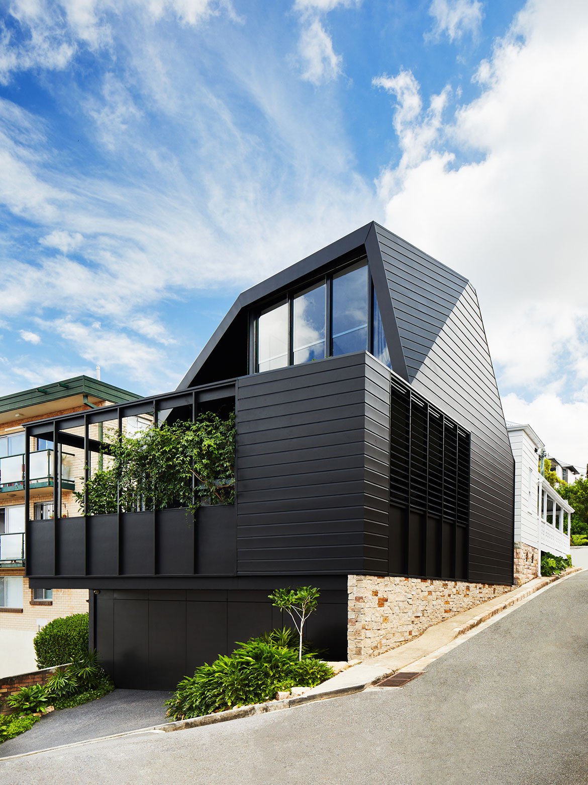 Albert Villa by Bureau Proberts is a contemporary garden pavilion addition to a classic Queenslander workers cottage