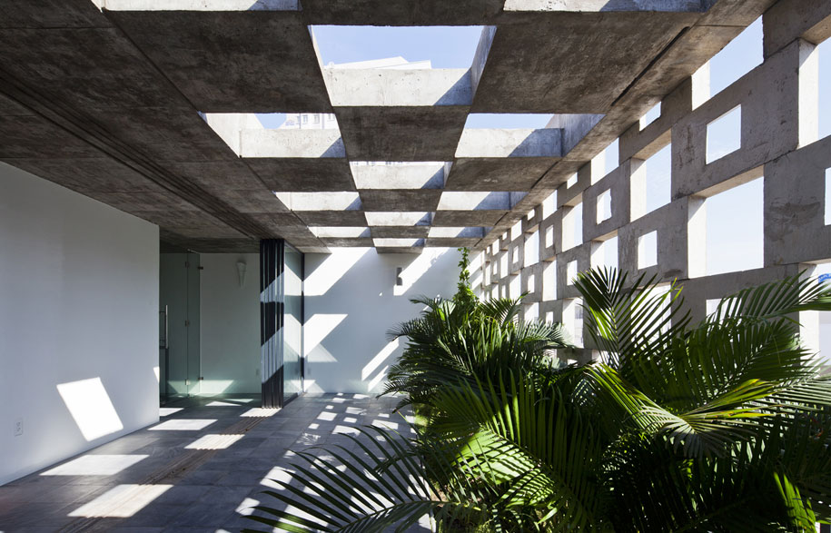 52156a6ae8e44e7a180000bb_binh-thanh-house-vo-trong-nghia-architects-sanuki-nishizawa-architects_pic15-5f-terrace