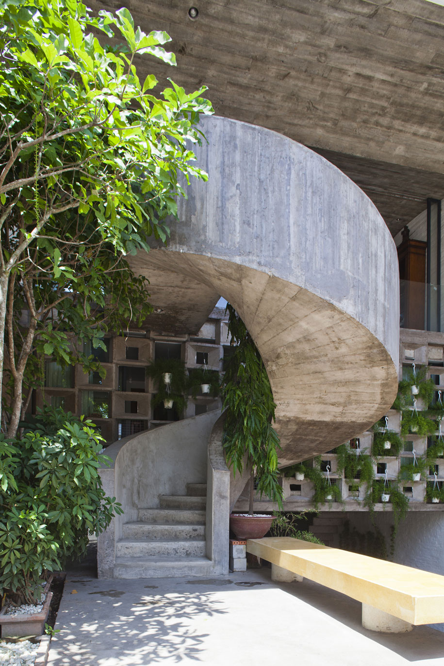 52156a94e8e44e7a180000bd_binh-thanh-house-vo-trong-nghia-architects-sanuki-nishizawa-architects_pic19-stair-1f-2f