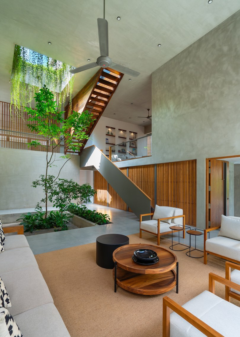 The living room and with a small square courtyard and overhead hanging plants in Casa de Silva.