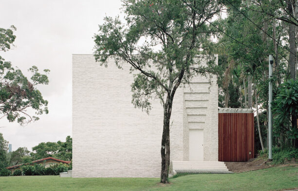 The west-facing street entry elevation of Couldrey House by Peter Besley is built from off-white bricks with the slightly extruded mortar creating a ribbed or 'corduroy' effect.