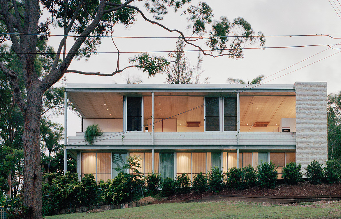 Architect Peter Besley gave Couldrey House, in Brisbane, a windowless west-facing street entry elevation built from off-white bricks to protect the house from the sun.