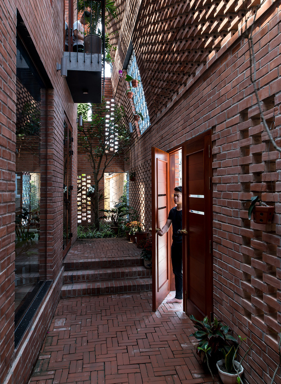Brick Cave H&P Architects Nguyen Tien Thanh corridor