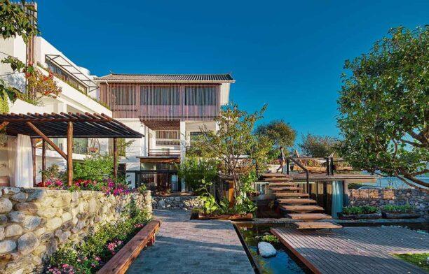 IDO Dali Munwood Lakeside Resort Hotel courtyard 2