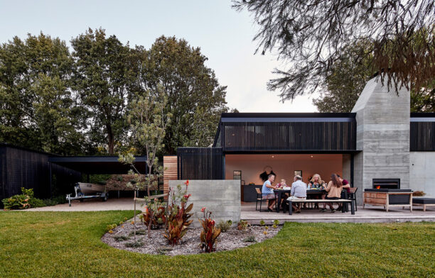 First Lessons House Ray Dinh Architecture cc Peter Bennetts outdoor dining