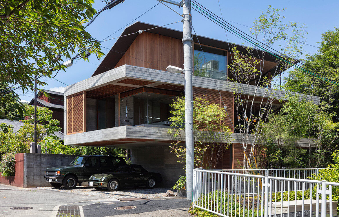 Fuseika House, designed by T-Square Design Associate, is closely connected to its environment and enlivened by the sunlight, breeze and rain.