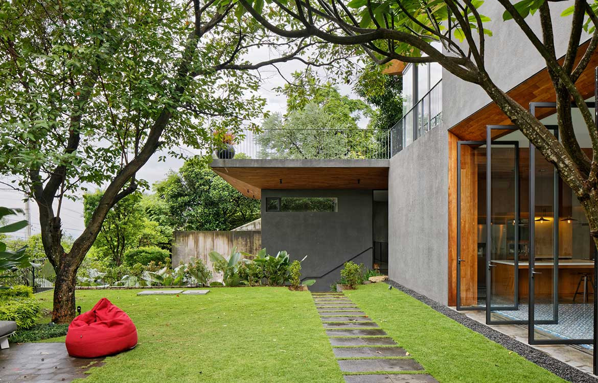 Inside Out House Tamara Wibowo Architects cc Fernando Gomulya backyard