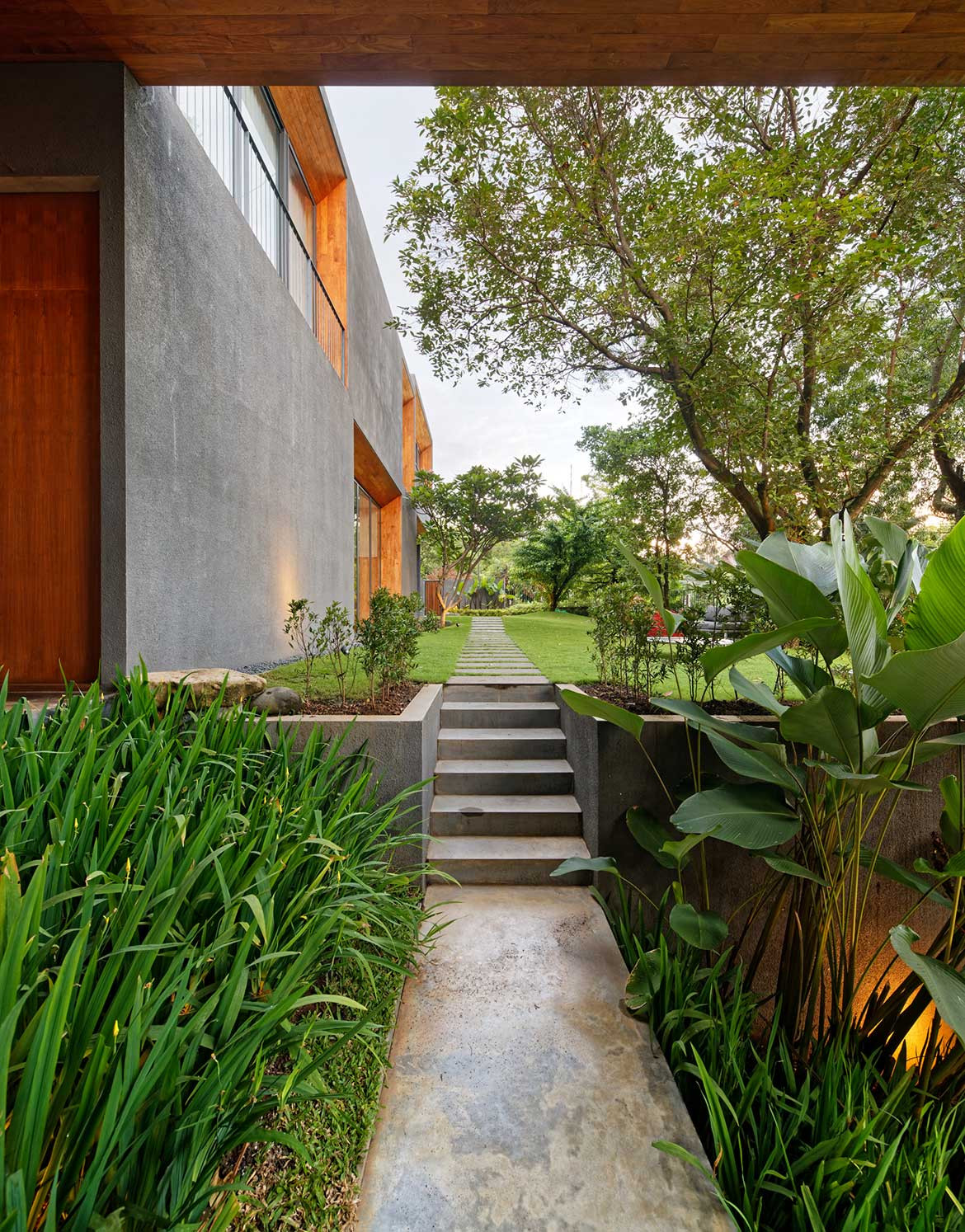 Inside Out House Tamara Wibowo Architects cc Fernando Gomulya backyard