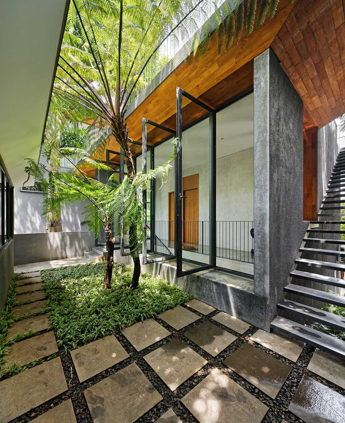 Inside Out House Tamara Wibowo Architects cc Fernando Gomulya courtyard