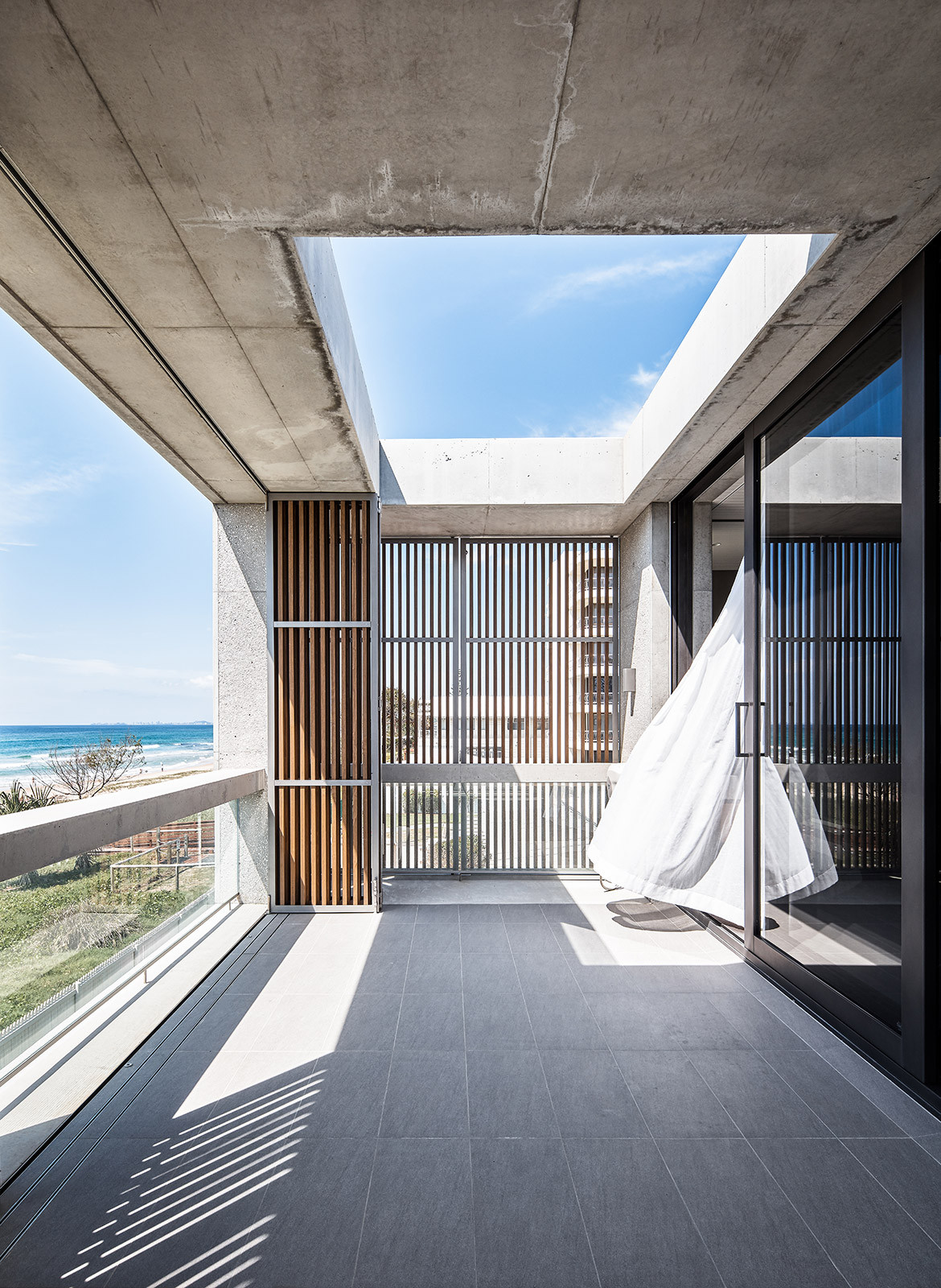 Mermaid Beach Residence B.E Architecture Queenslander Architecture CC Andy MacPherson balcony