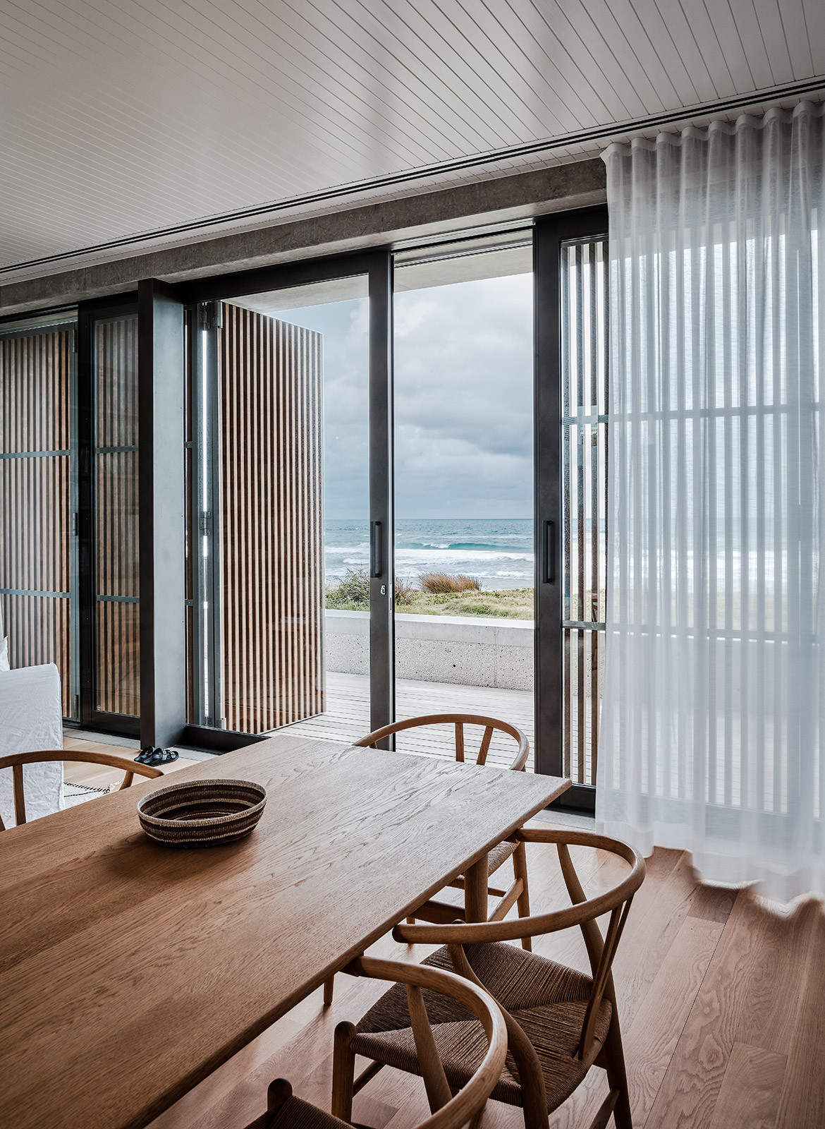 Mermaid Beach Residence B.E Architecture Queenslander Architecture CC Andy MacPherson dining