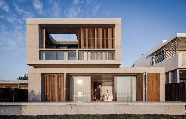 Mermaid Beach Residence B.E Architecture Queenslander Architecture CC Andy MacPherson facade