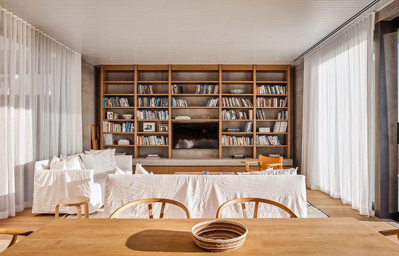 Mermaid Beach Residence B.E Architecture Queenslander Architecture CC Andy MacPherson living bookshelf