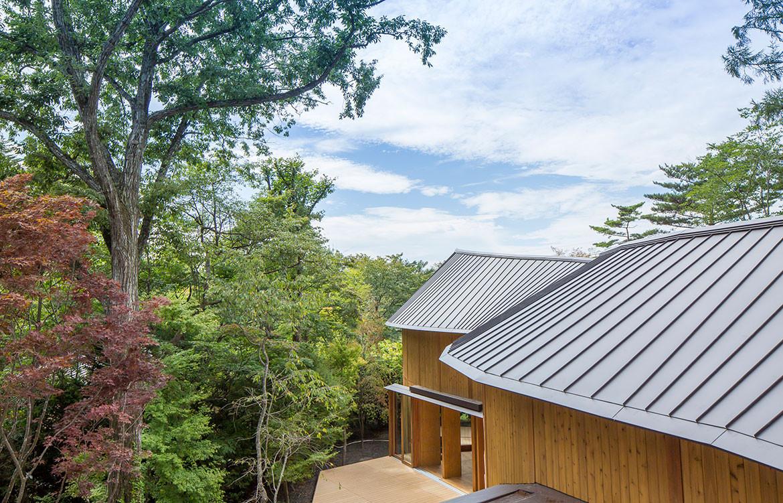 Shishi-Iwa House Shigeru Ban Japan roof surrounds