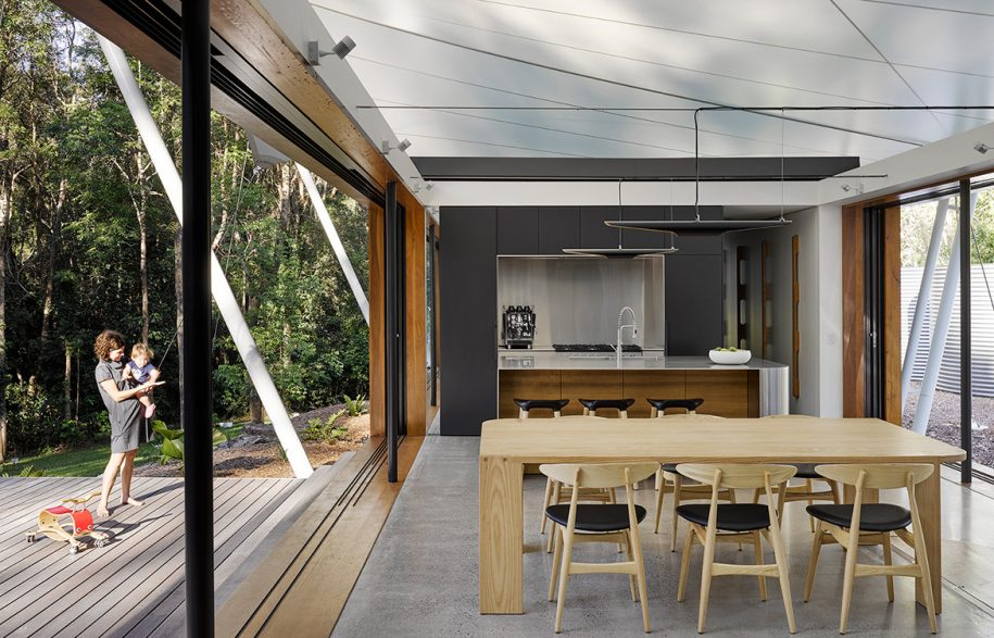 Tent-HouseSparks-ArchitectsNoosaTreeHouse_slidingdoorswindow