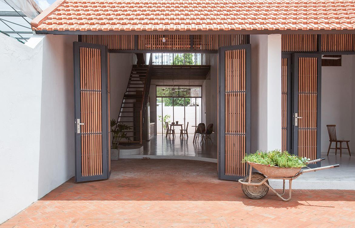 Tile Roof House Vietnam K59 Atelier | main entrance