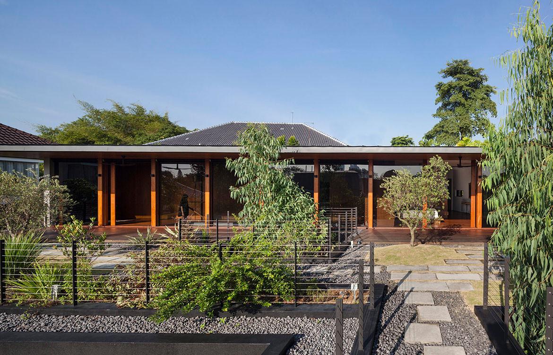 Verandah House Formwerkz Architects cc Fabian Ong courtyard